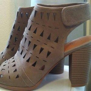 14th & union ankle strap peep toe sandal 9.5